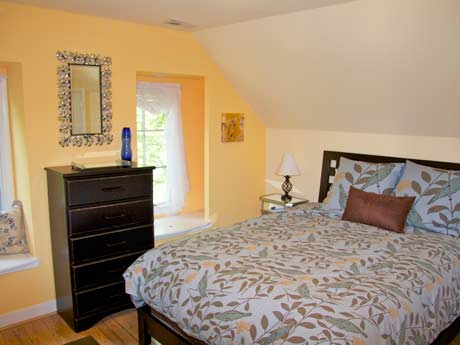 Beautiful suite with queen bed, large bathroom with stained glass window, sunroom with full-size daybed, private rooftop terrace, full kitchen, in Charlottesville, Virginia