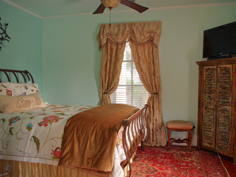 Queen bed with private bath, pull out trundle, and sun room - sleeps 4 - at the Inn at 400 West High in downtown historic Charlottesville VA
